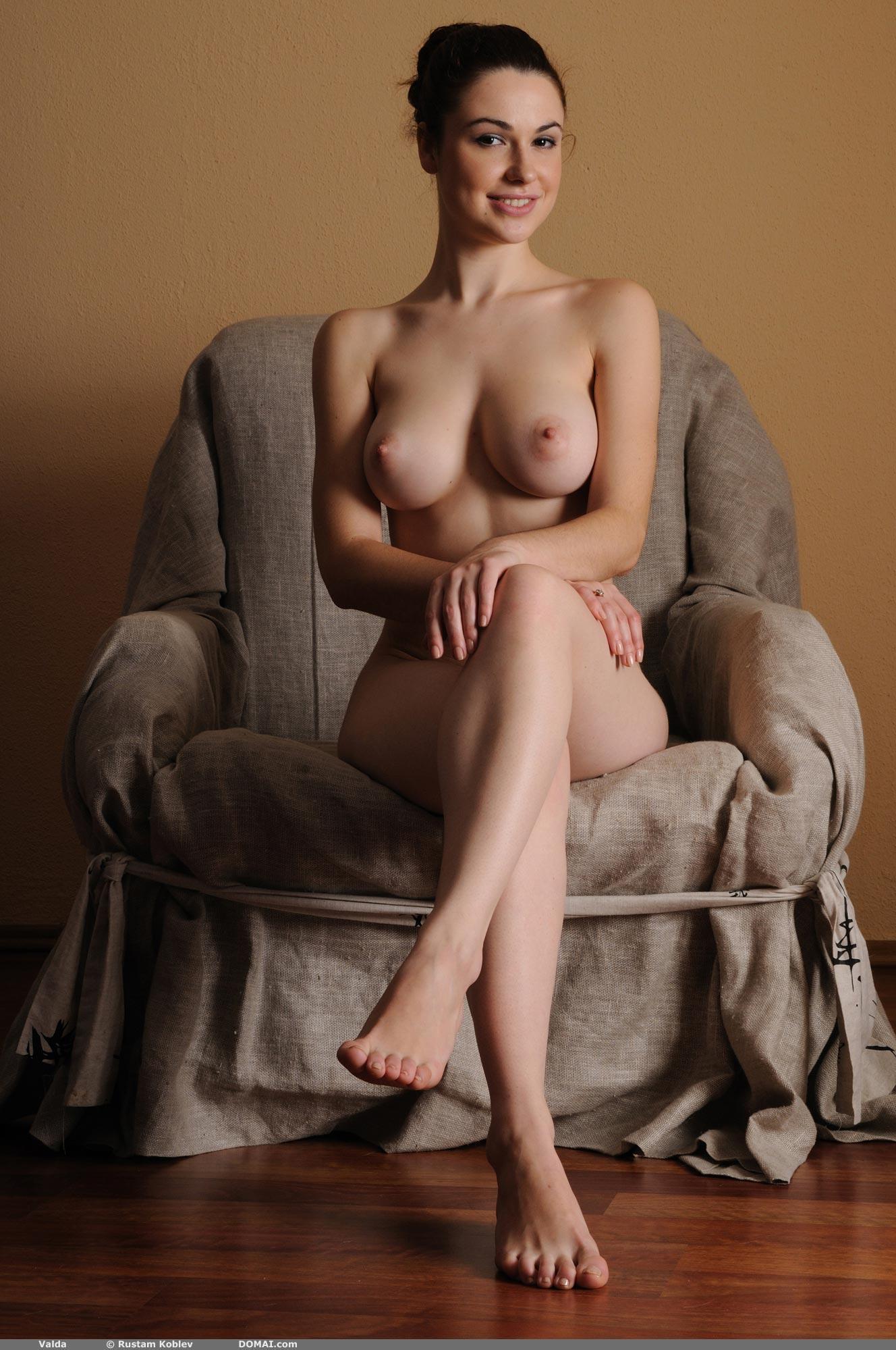 Раздетая девица сидит на кресле - фотографии