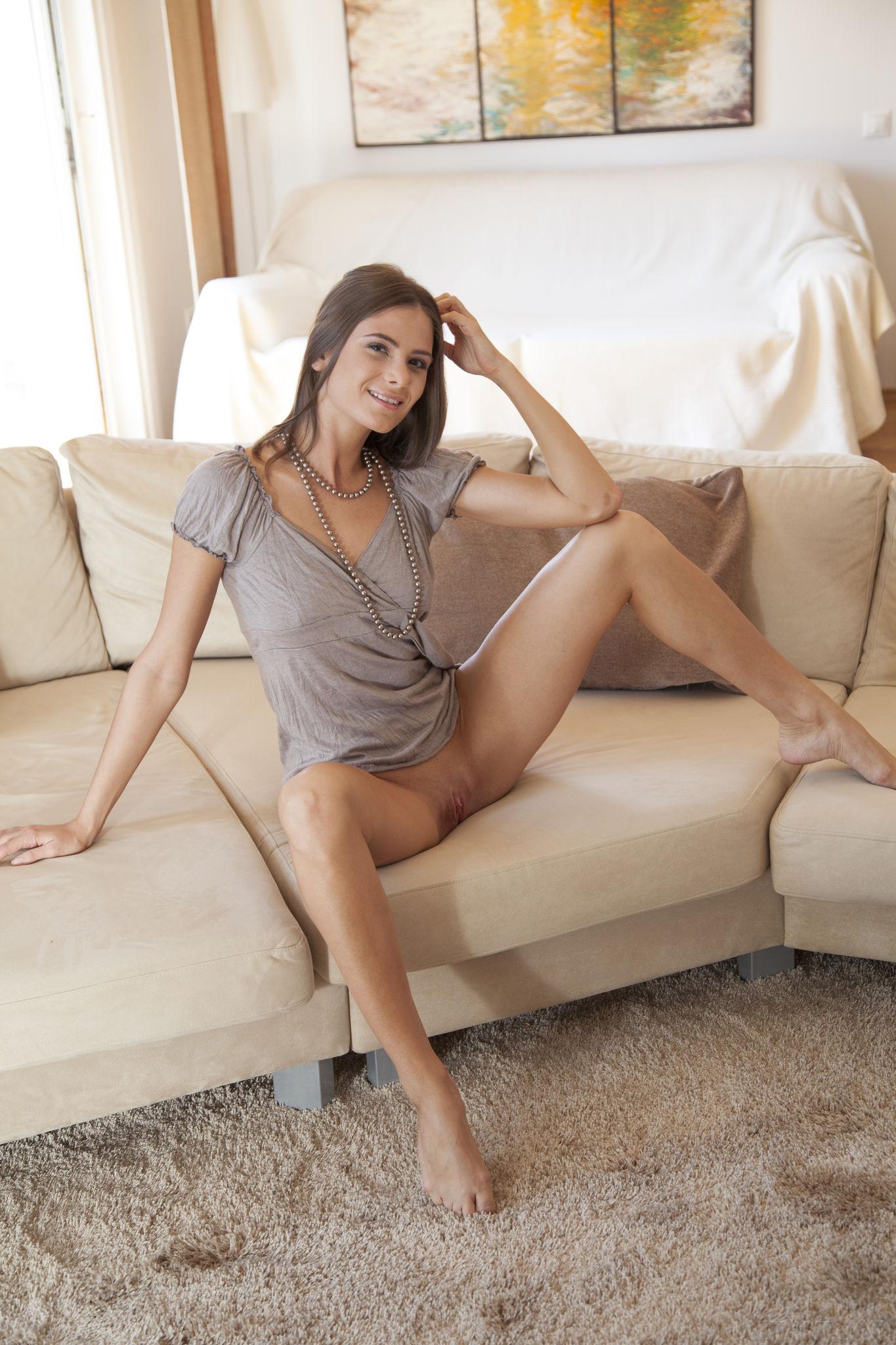 Фото голых девушек на диване 10 фотография