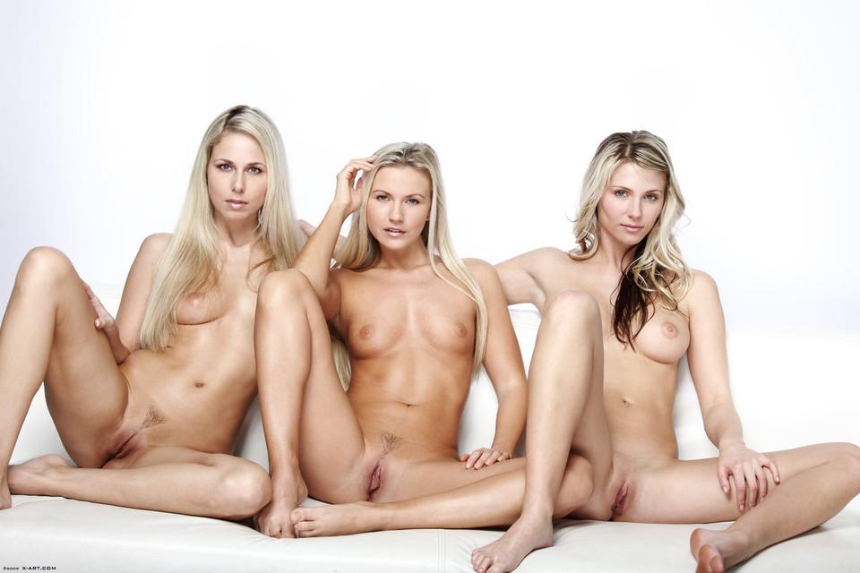 фото трех голых женщин