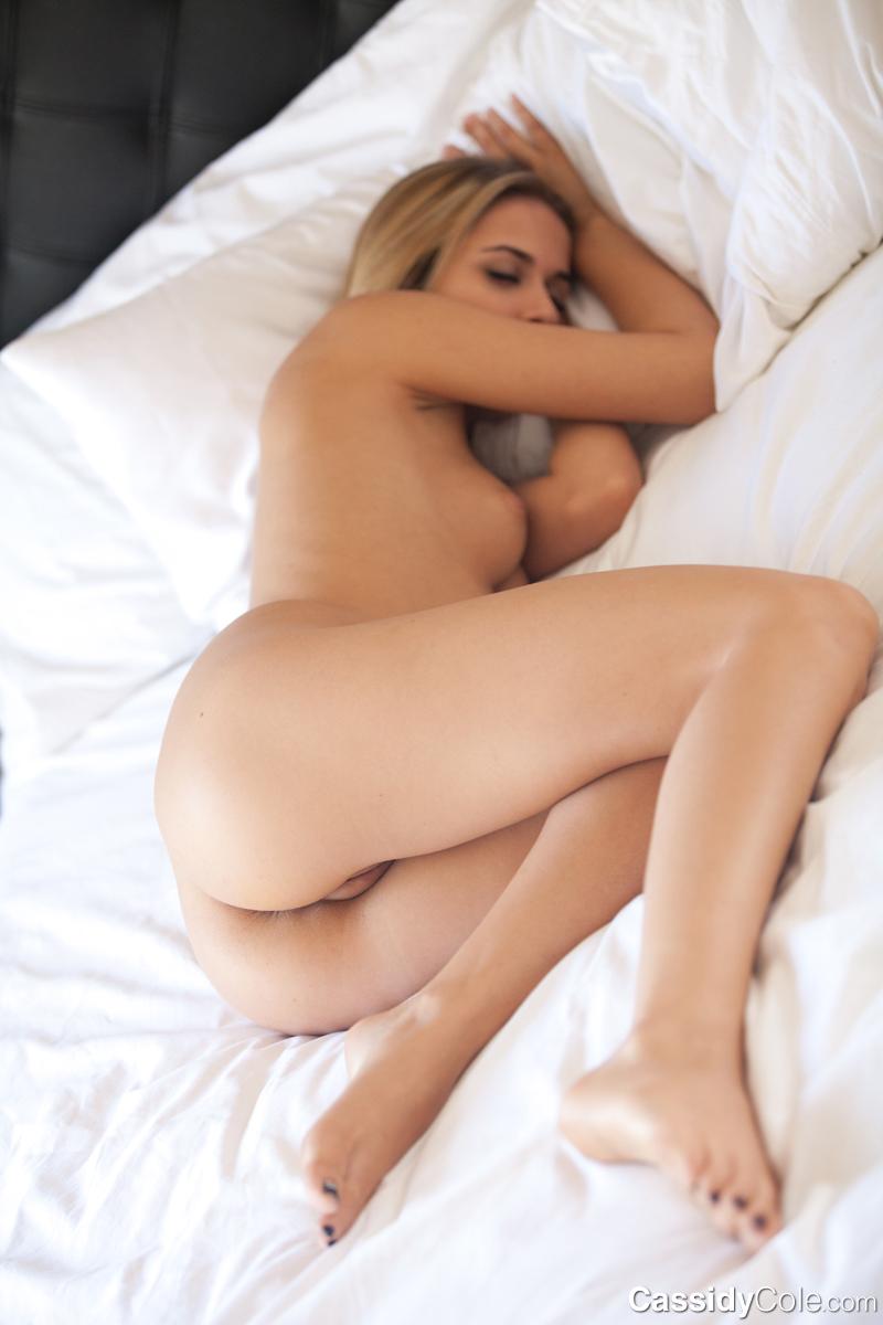 Блондинки спят голые