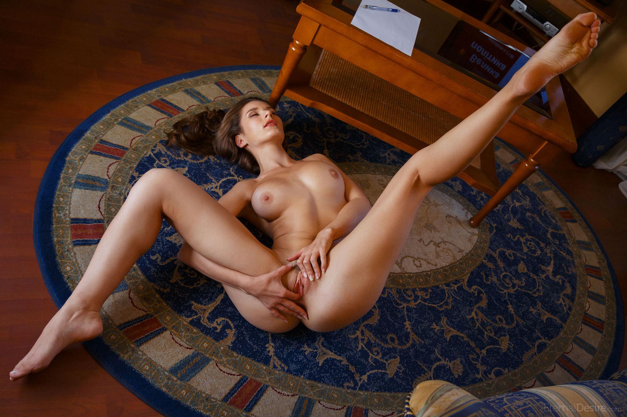 держали женщина раздвинутые ноги видео месяц жду